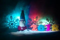 De Noche Vieja el fondo de la celebración con los elementos o los símbolos del Año Nuevo Decoración para la tarjeta de felicitaci Fotografía de archivo