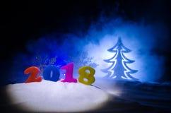 De Noche Vieja el fondo de la celebración con los elementos o los símbolos del Año Nuevo Decoración para la tarjeta de felicitaci Imágenes de archivo libres de regalías