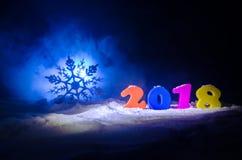 De Noche Vieja el fondo de la celebración con los elementos o los símbolos del Año Nuevo Decoración para la tarjeta de felicitaci Fotografía de archivo libre de regalías