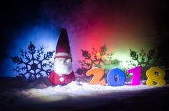 De Noche Vieja el fondo de la celebración con los elementos o los símbolos del Año Nuevo Decoración para la tarjeta de felicitaci Imagen de archivo libre de regalías