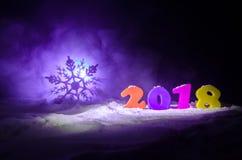 De Noche Vieja el fondo de la celebración con los elementos o los símbolos del Año Nuevo Decoración para la tarjeta de felicitaci Fotos de archivo