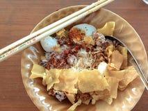 De noedel eet ภ à ¹ Šà¸§à¸¢à ¹ €à¸•à¸µà ¹ Šà¸¢à¸§ voedseleetstokje Royalty-vrije Stock Foto