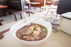 De Noedel van de Ayutthayaboot: De varkensvleesnoedels met het bloed van het varken worden gemengd lossen in soep die op royalty-vrije stock afbeeldingen