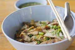 De noedel van het ei met knapperig en geroosterd varkensvlees Stock Fotografie