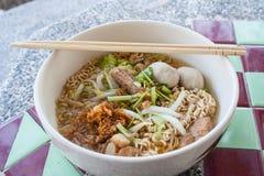 Het varkensvleeshutspot en vleesballetje van de noedel. Stock Foto's