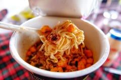 De noedelkop is het snelle voedsel van Azië, Droog versier op noedelkop royalty-vrije stock fotografie