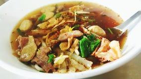 De noedels Thaise stijl van de rundvleeshutspot stock afbeeldingen
