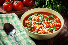 De noedels van de tomatensoep in de kom Stock Fotografie
