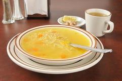 De noedelsoep van de kip met thee, citroen en gember stock afbeeldingen