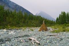 De nomade bouwde hut in het droge rivierbed in Belukha-berg nationaal park Yarloovallei De Bergen van Altai royalty-vrije stock afbeelding