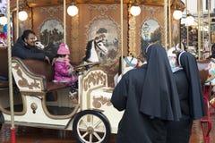 De nonnen kijken carrousel Royalty-vrije Stock Foto
