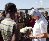 De nonnen van Christelijke kerk kopen ambachten Afrikaanse stam Royalty-vrije Stock Afbeeldingen