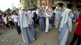 De nonnen worden verzameld op kerkhof vóór optocht stock videobeelden