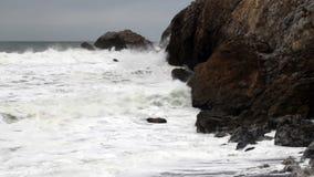De noordelijke Golven die van Californië de Rotsen Pacifica raken van de Landtong stock videobeelden