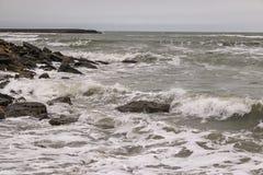 De Noordelijke kust van het Absheron-Schiereiland Mening van het Kaspische overzees in Januari Royalty-vrije Stock Foto's