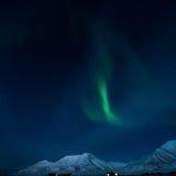 De Noordelijke lichten in de bergen van Svalbard, Longyearbyen, Spitsbergen, het behang van Noorwegen Stock Foto