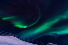 De Noordelijke lichten in de bergen van Svalbard, Longyearbyen, Spitsbergen, het behang van Noorwegen Stock Foto's