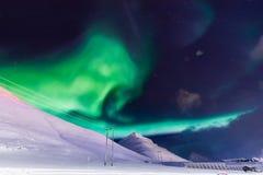 De Noordelijke lichten in de bergen van Svalbard, Longyearbyen, Spitsbergen, het behang van Noorwegen Royalty-vrije Stock Foto's