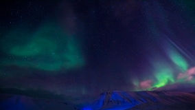 De Noordelijke lichten in de bergen van Svalbard, Longyearbyen, Spitsbergen, het behang van Noorwegen Royalty-vrije Stock Afbeeldingen
