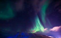 De Noordelijke lichten in de bergen van Svalbard, Longyearbyen, Spitsbergen, het behang van Noorwegen Stock Afbeeldingen