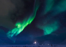 De Noordelijke lichten in de bergen van Svalbard, Longyearbyen, Spitsbergen, het behang van Noorwegen Royalty-vrije Stock Afbeelding