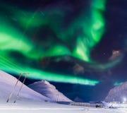 De Noordelijke lichten in de bergen van Svalbard, Longyearbyen, Spitsbergen, het behang van Noorwegen Stock Fotografie