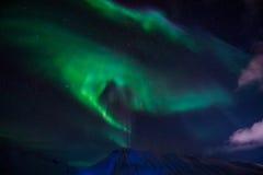 De Noordelijke lichten in de bergen van Svalbard, Longyearbyen, Spitsbergen, het behang van Noorwegen Royalty-vrije Stock Fotografie