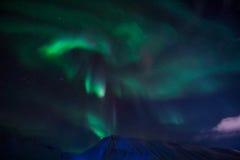 De Noordelijke lichten in de bergen van Svalbard, Longyearbyen, Spitsbergen, het behang van Noorwegen Royalty-vrije Stock Foto