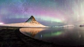 De Noordelijke Lichten en de winter de melkachtige manier over Kirkjufell Royalty-vrije Stock Afbeelding