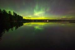 De Noordelijke Lichten over een Meer Royalty-vrije Stock Afbeeldingen
