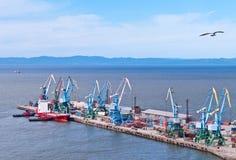 De noordelijke ligplaats van koopvaardijzeehaven Korsakov Royalty-vrije Stock Fotografie