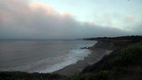 De noordelijke van de de Kustlijn van Californië Oceaan Bewolkte Golven stock videobeelden
