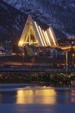 De noordpoolkathedraal in Tromso dacht in de fjord na royalty-vrije stock foto's