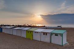 De Noordzeezonsondergang Blankenberge, Vlaanderen, België van strandcabines royalty-vrije stock fotografie
