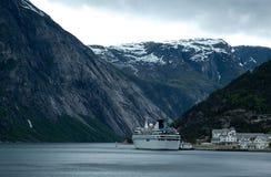 De Noorse Fjord van het schip van de cruise Royalty-vrije Stock Foto's