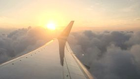 De Noorse Luchtvaartlijnen jetliner stijgt met een mening naar zonsondergang stock videobeelden