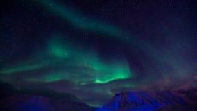 De nordliga ljusen i bergen av Svalbard, Longyearbyen, Spitsbergen, Norge tapet Arkivfoton