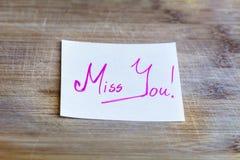 De nota met roze juffrouw u ondertekent op een houten achtergrond stock afbeeldingen