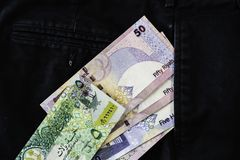 De nota's die van Qataririyal van broek of Broekzakken uitvallen royalty-vrije stock afbeeldingen