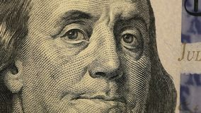 De nota's van dollars sluiten omhoog Franklin op dollars sluit omhoog Close-up van honderd dollars bij een lijst Op een lijstdoll stock video