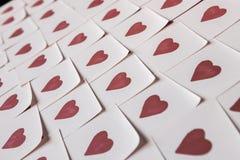 De nota's van de liefde Achtergrond voor ontwerp met rode hartenachtergrond met rode harten Patroon stock foto's