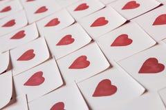 De nota's van de liefde Achtergrond voor ontwerp met rode hartenachtergrond met rode harten Patroon royalty-vrije stock afbeeldingen