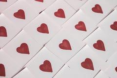 De nota's van de liefde Achtergrond voor ontwerp met rode hartenachtergrond met rode harten Patroon stock foto