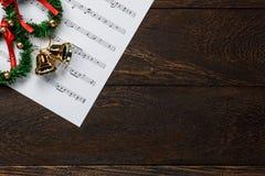 De notadocument van de Kerstmismuziek met Kerstmiskroon op wo Stock Foto's