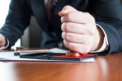 De notaris notarieel bekrachtigt testament stock foto's