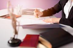De notaris Public notarieel bekrachtigt het document stock foto