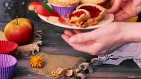 De noten die van de de bessenjam van de cakemand houten lijst rustieke landelijke muffin vullen, cupcake wapenhand stock footage