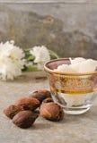 De noten en de boter van de sheaboom stock foto