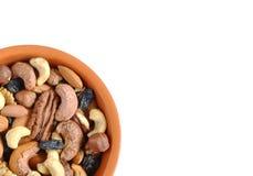 De noten en de rozijnen in een Kop op een witte achtergrond isoleren de gezonde noten van voedsel voordelige spoorelementen royalty-vrije stock fotografie