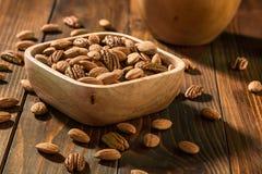 De noten op een houten achtergrond stock foto